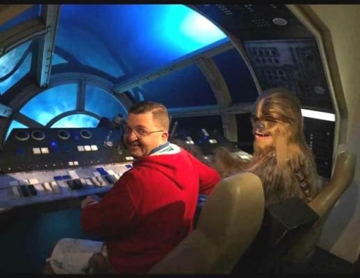 Como buen fans de Star Wars, Roberto Hollyday aprovechó la oportunidad para dar un paseíto interestelar con Chewbacca.