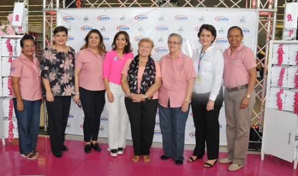 Miembros de la junta directiva y damas voluntarias de La Liga Contra el Cáncer junto a ejecutivos de DIUNSA.