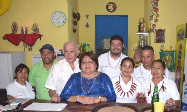 Doña Antonieta y don Mario Escobar junto al staff de Jalapeños en su 25 aniversario