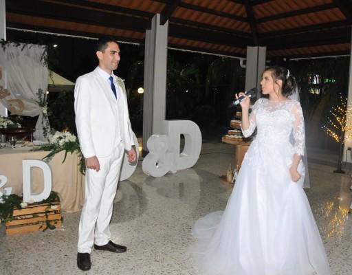 """Daniela no dudó ni por un segundo en dedicar y cantar a su esposo, """"Best Wedding Song"""", enterneciendo una vez más las miradas de complicidad entre ambos."""