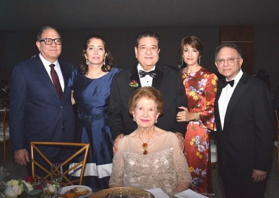 Doña Julieta Kattán, junto a su familia, Guillermo Kattán y su esposa, Carlos Kattán (padre del novio) y Patty con Gabriel Kattán