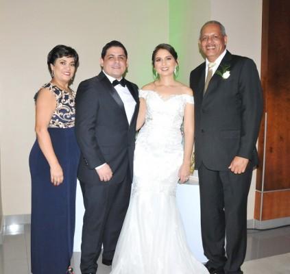 Fanny Vijil junto a su hijo, Héctor Zúniga, Lilian Tabueña y el padre del novio, Héctor Zúniga