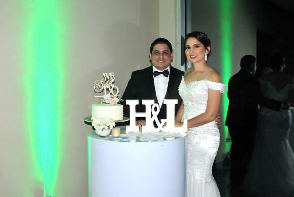 Fue una íntima recepción en la que Héctor y Lilian compartieron su pastel de celebración con sus selectos invitados