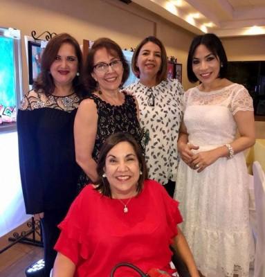 Ileana Soto, Rebeca Martinez, Carol Verdial, Lucy Paz y Luisa Núñez en la Gala del Club Rotario.