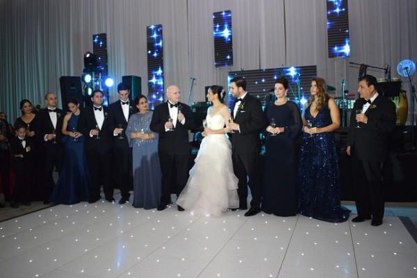 Instante en que los padres de los novios: Jorge y María Victoria Fonseca; Carlos Kattán y Lilivette Bandy, junto a sus familias, brindaban por la felicidad de Rozeana y Carlos.