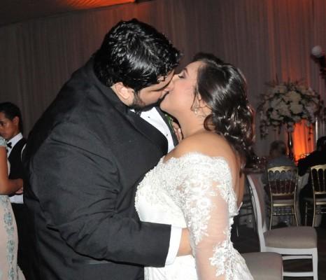 Jesús Eduardo y María José, sellaron con un romántico beso su promesa de amor.