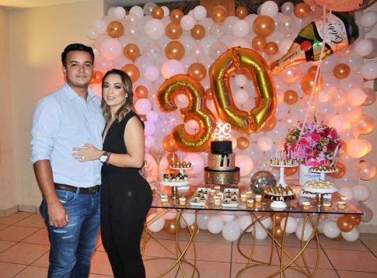 La cumpleañera, Pamela Mejía Triminio junto a su esposo, Antony Sauceda