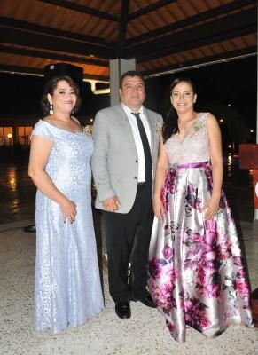 La madre del novio, Gloria Zulema Figueroa, junto al padre de la novia, Anibal López y Ángela Orellana, tía de la protagonista de la boda.