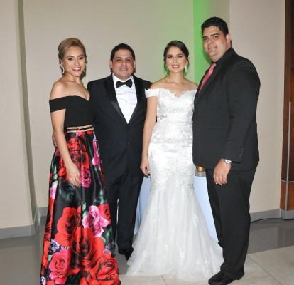 Los novios junto a los padrinos de boda, Gabriela Zacapa y Ricardo Naranjo.