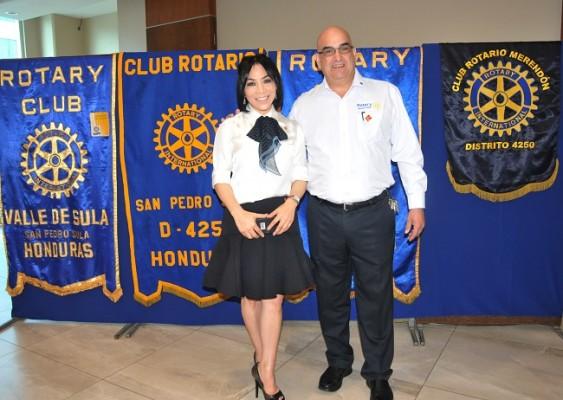 Luisa Núñez con el Dr. José Interiano durante el desayuno informativo de los Club Rotario que se preparan para celebrar el Día Mundial de la polio con una noche cultural este 24 de octubre a partir de las 7:00 PM en el Hotel y Club Copantl
