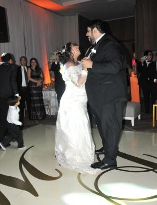 María José y Jesús Eduardo bailaban románticamente mientras él continuaba cantando durante su primer vals como esposos