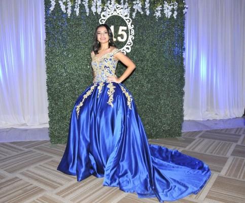 Mareth Fernanda Cruz Ortega con su look principesco en azul royal ¡divina!
