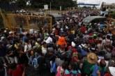 Caravana de hondureños irrumpen territorio mexicano tras derribar una de las rejas de la frontera con Guatemala