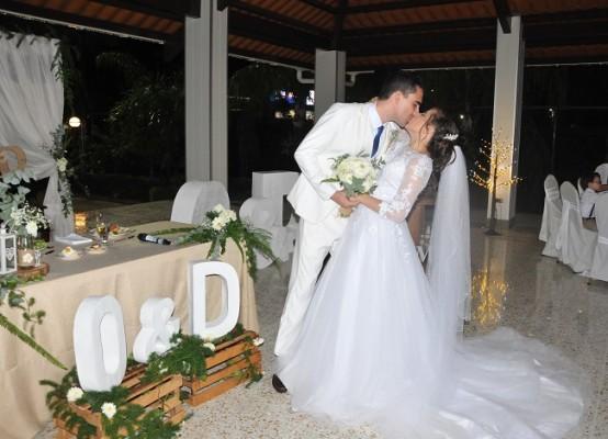 Orlando Ramírez y Daniela López sellaron su promesa de matrimonio con un romántico beso de amor eterno. Los novios disfrutan de su luna de miel en las blancas arenas de Roatán, Islas de la Bahía.