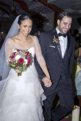 Los recien casados muy felices al finalizar la ceremonia en que fueron declarados unidos para siempre