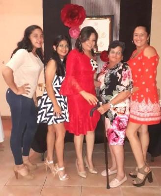 Ana Guerra, Kaory Paz, Cindy Granados junto a su futura suegra Ana Ortega y Cindy Paz