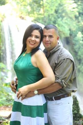Cindy Melisa Granados junto a su prometido Walter Paz