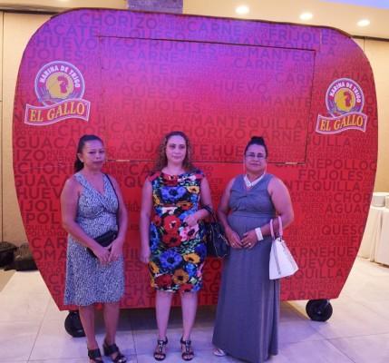 ejecutivos de Molino Harinero Sula hicieron entrega de un food truck a tres mujeres que dirigen un negocio de venta de baleadas, como reconocimiento a su esfuerzo y dedicación.