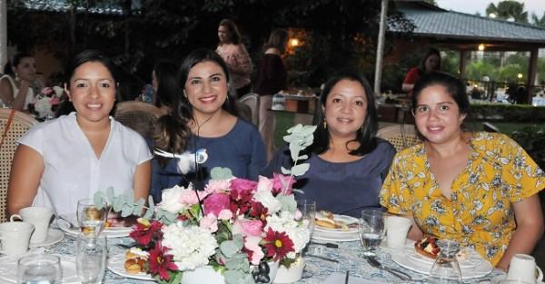 Gisela Dubón, Samantha de Dubón, Karla Dubón y Sofía Ritter
