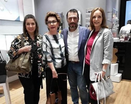 Gloria Agüero, Bonnie García, Mary Pierrefeu acompañaron a Yoyo Barrientos en el lanzamiento de la colección Pre Navideña