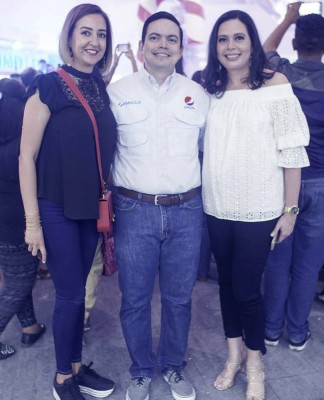 Koritza Alvarez, Ivan Aguilar y Claudia McNab, en la inaguración de la navidad en Mall Galerias