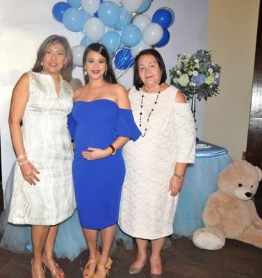 La abuela paterna, Geraldina de Pineda, Andrea Larios de Pineda y la abuela materna, Sandra de Larios