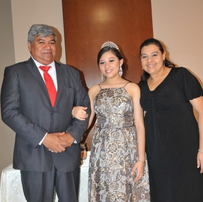 La quinceañera junto a sus padres, Yolanda Margarita Vallecillo Márquez y Leonel Ricardo Alemán Gutiérrez.