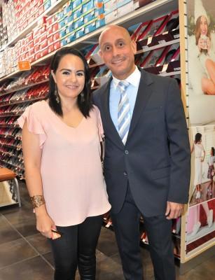 Paola Batres con Juan José García en la inauguración de Payless Super Store
