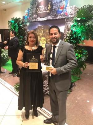 Xiomara Lemus con Emilio Maldonado, gerente de Paradise Beach Hotels, ganador del Premio Copan 2018 a la Excelencia Turística ¡Felicidades!