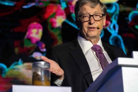 Bill Gates sorprende al aparecer con con un tarro de cristal lleno de excremento