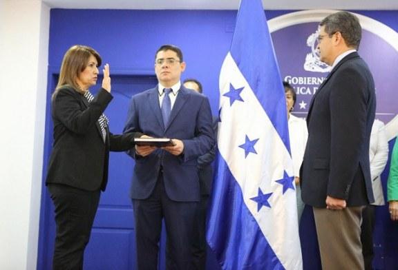 Alba Flores es juramentada como la nueva titular de Salud