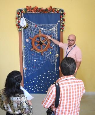 Con los implementos alusivos de su departamento, los coordinadores de Gestión Portuaria elaboraron una especial puerta navideña