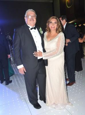 El padre de la novia, José Mario García, junto a Loly de García