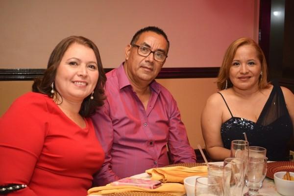 Elmer y Dunia Rivera con Nilsa Castillo