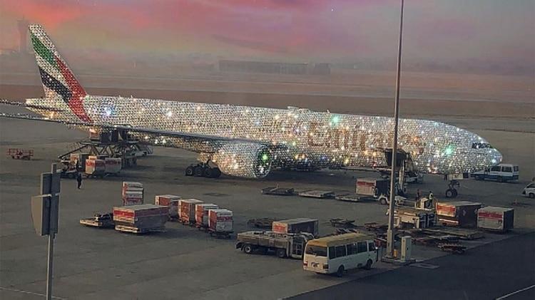Una aerolínea de Dubai exhibe su ostentoso avión cubierto de cristales y diamantes