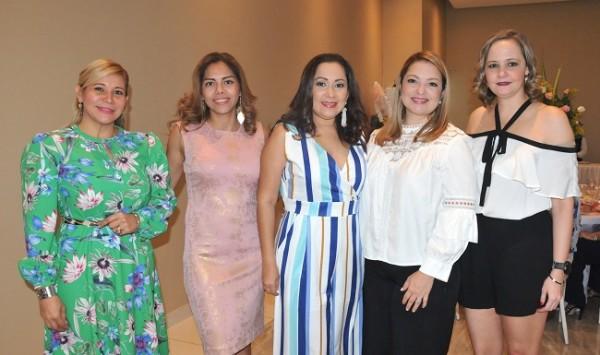 Estela Cardona, Debbie Castillo, Cinthia Muñoz, Carmen García y Claudia Calix