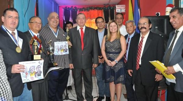 Galardonados y organizadores en una imagen del recuerdo para Farah La Revista