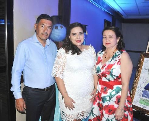 Heidy Aguilera acompañada de sus padres, Juan Ramón Aguilera y Gloria de Aguilera