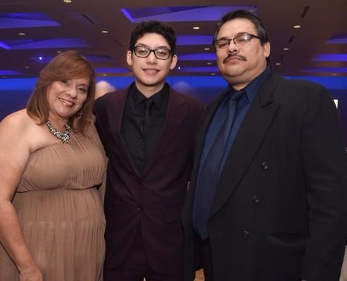 Irma Paz junto a su hijo, Rafael Andrés Paz y su padre, Marvin Paz