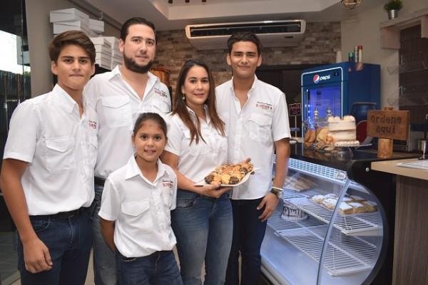 La familia Zornitta en la inauguración de la segunda tienda de Panadería El Centro en SPS