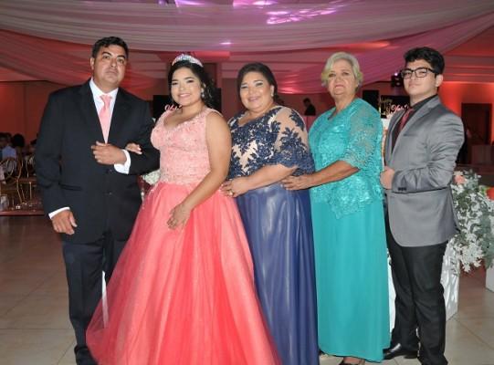 La quinceañera junto a sus padres, Wilson Edgardo Rodríguez y Sully Guzman, su abuela Gladys Guzman y Edgardo Rodríguez