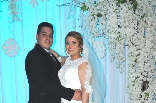 Los recién casados en una imagen del recuerdo para Farah La Revista