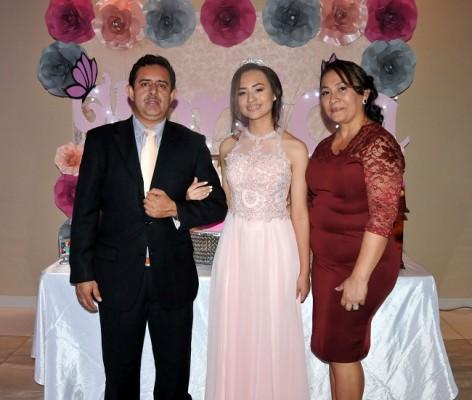 Mónica Sarahí Hernández Hernández, junto a sus padres, Miguel Hernández Figueroa y Delmys Aracely Hernández