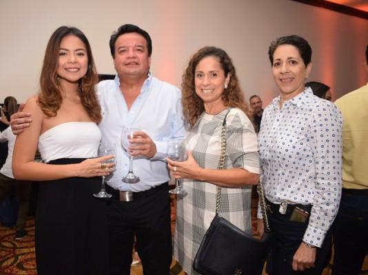 Mariana, Ignacio y Xiomara León con Emy Marzuca