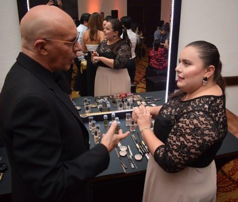 Jorge Lentino el especialista internacional fue el encargado de dar los consejos a las damas del uso del maquillaje.