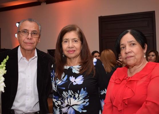 Óscar Flores, Georgina Estrada y Isabel Estrada.