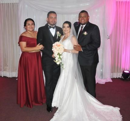 Melvin Gavarrete y Jeydy Perdomo junto a sus padrinos de boda, Dina Gavarrete y Anthony Costly