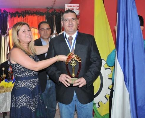 Rigoberto Rivera representó a Rely Maradiaga para recibir el premio Revelación 2018