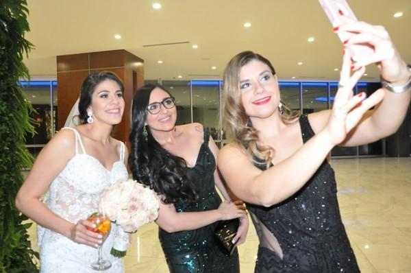 Samira Mendoza y Alejandra Flores aprovecharon para tomarse una selfie con su gran amiga, Elena Isabel García, en su fiesta postboda