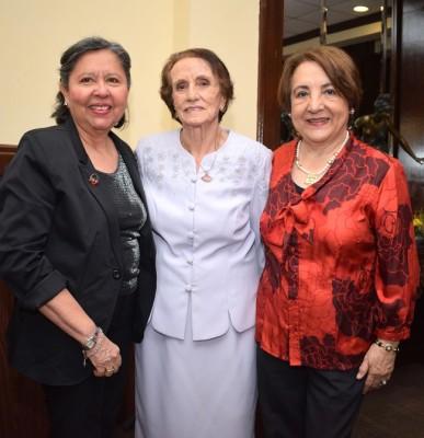 Sonia de Reyes, Renee Kawas y Ruth Medina